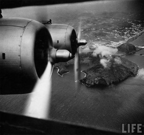 """1940 - Cidade da Horta, Ilha do Faial - """"Clipper"""" da Pan American Airways, sobrevoando a Cidade da Horta  Fonte: Revista Life"""