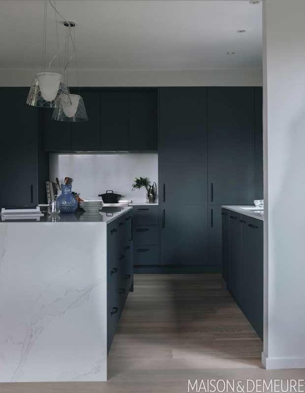 Cette Cuisine Pleine D Entrain Vous Donnera Envie D Armoires Colorees Home Decor Decor Kitchen
