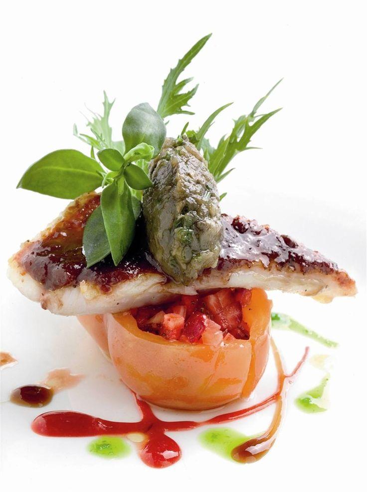 Tomates, berenjenas asadas y salmonetes con escabeche de fresones. ¡Puro sabor!