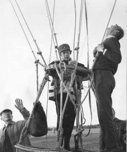 Nini Boesman-Visscher voer met een gasballon de hele wereld over. Ze zweefde van het ene tijdperk naar het andere en zag de wereld onder haar veranderen. De provinciestadjes waar ze in de jaren '40 over voer, veranderden in wereldsteden gedurende de vijftig jaar dat zij balloncommandant was. Ze won vele prijzen, kreeg verschillende onderscheidingen in Nederland en daarbuiten, en beleefde uitzonderlijke avonturen in de lucht en op de grond. www.passionatenomads.nl