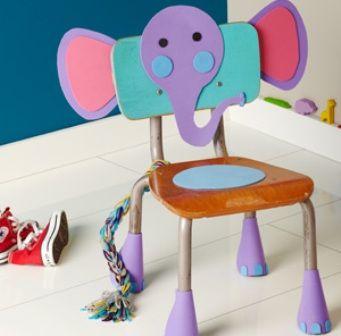 una sencilla manualidad para decorar o fiestas infantiles son estas sillas con figuras de goma
