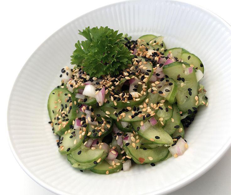 Med denne lette og spændende opskrift på spicy agurkesalat kan du hurtigt lave en lækker og forfriskende salat, der passer godt til stort set alt slags kød.