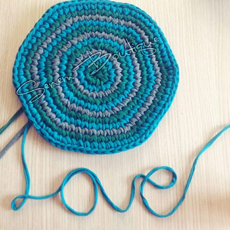 Bi de ben love liyim  . . İplerim ☞ @yunevi #tshirtyarn #penyeip #crochet #knit #knitting #pouf #rug #yarn #yarnart #homemade #basket #crochetbasket #crochetrug #paspas #trapillo #ganchillo #uncinetto #fiodemalha #tejer #virka #croche #örüyorsamsebebivar #hekle #stricken #craft #häkeln #crafty #etsy #10marifet