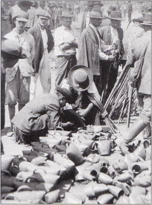 Kolompok a hídivásáron / Animal bells in the fair of Hortobágy-bridge. Hortobágy, 1919. Ismeretlen felv.
