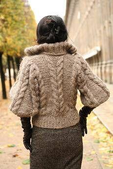 アイスランド製の糸で編んだジャケットの撮影をしました。撮影したのは、パリの中でも私の好きな場所のひとつであるパレロワイヤルです。木はちょうど紅葉の真っ最中。かなり立体的なデザインに作りました。平面で飾っておくよりも、実際着用した方がデザインがわかっていただけると思います。ジャケットとして一枚で着られるように襟はスタンドカラーにしました。丈はややショート丈でデザインしました。私はいつもロンググローブをすることが多いので、あえて袖丈は短めに作ってあります。その分、袖幅をたっぷりめにしてあります。袖にボリュームをつけたので、後ろ姿はこのようにすっきりとしてあります。お教室申し込み、お問い合わせはこちらまで編み物教室Kate&Yarnwww.kateandyarn.com励みになりますのでクリックお願いします!人気bl...