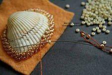 Женские украшения из ракушек, обшитых бисером