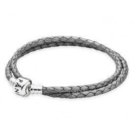 Pandora lederen Armband 590705CSG-38. Deze grijze, dubbele leren armband met zilveren bolsluiting en een lengte van 38 cm mag niet in jouw collectie ontbreken. Voeg een paar bedels toe om hem persoonlijk te maken!