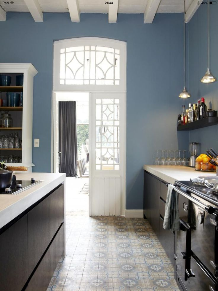 Stoere keuken en Portugese tegelvloer Fantastisch....ook mooie blauwe muur..