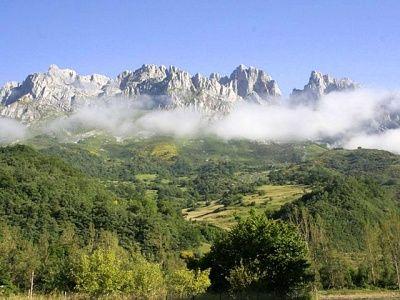 Picos de Europa bergtrekking, 4 dagen.  Spectaculair en indrukwekkend rijzen de hoge bergtoppen van de Pico de Europa op uit de groene Cantabrische heuvels. Karakteristieke loodrechte pieken als de beroemde 'Naranjo de Bulnes' laten zich moeilijk bedwingen, maar met dit korte, uitdagende arrangement stijg je tot grote hoogtes.    Lees meer: http://bedandtodo.nl/activiteit/37/picos-de-europa-bergtrekking