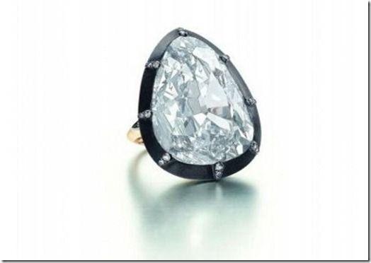 Колечко вот с таким огромным бриллиантом грушевидной формы в 30,31 карат в 2011 году аукционный дом Sotheby's предварительно оценил в  $ 6,5 миллионов.
