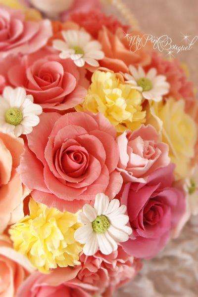 スプリングカラーのバラやカーネーションに、デイジーもポイントになっていて、かわいいです。