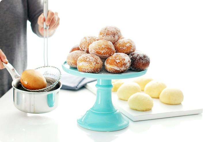 Receta de Berlinesas, bombas o bolas de fraile, una masa deliciosa que se frie en aceite y se reboza en azúcar. Suelen comerse rellenas de crema pastelera.