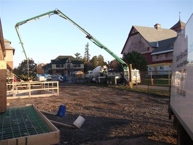 Été 2012 - Coulage de béton du côté extérieur nord-est du bâtiment 94 (face à l'étable laitière)