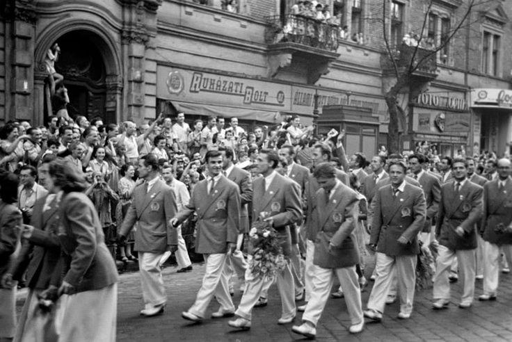 Aranycsapat(1952) Budapest, 1952.augusztus 7. Felvonul az Aranycsapat. Elöl Kocsis Sándor,mellette virágcsokorral Grosics Gyula, a csapat kapusa és Puskás Ferenc. Az olimpiai játékokról hazaérkező sikeres magyar sportolókat köszöntötte az ország lakossága.