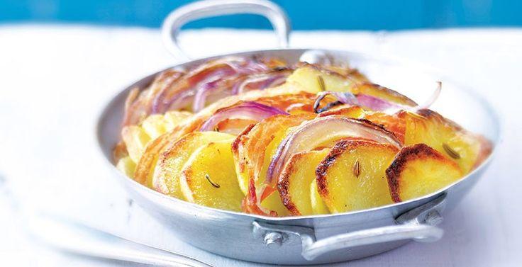 Tian papa cebolla pancetta PARA 4 PERSONAS  TIEMPO  15 minutos de preparación  30 minutos de cocción  INGREDIENTES  • 600 g (1¼ lb) de papas  • 2 cebollas rojas  • 12 rebanadas finas de pancetta (tocino italiano)  • 1 cda de semillas de hinojo  • 4 cdas de aceite de oliva  • Sal y pimienta  PREPARACIÓN  • Pon el horno a calentar a 180o C (350o F). Pela las papas y córtalas en ruedas; enjuágalas  bajo el chorro de agua fría y escúrrelas.  • Pela las cebollas, córtalas a la mitad y luego en…