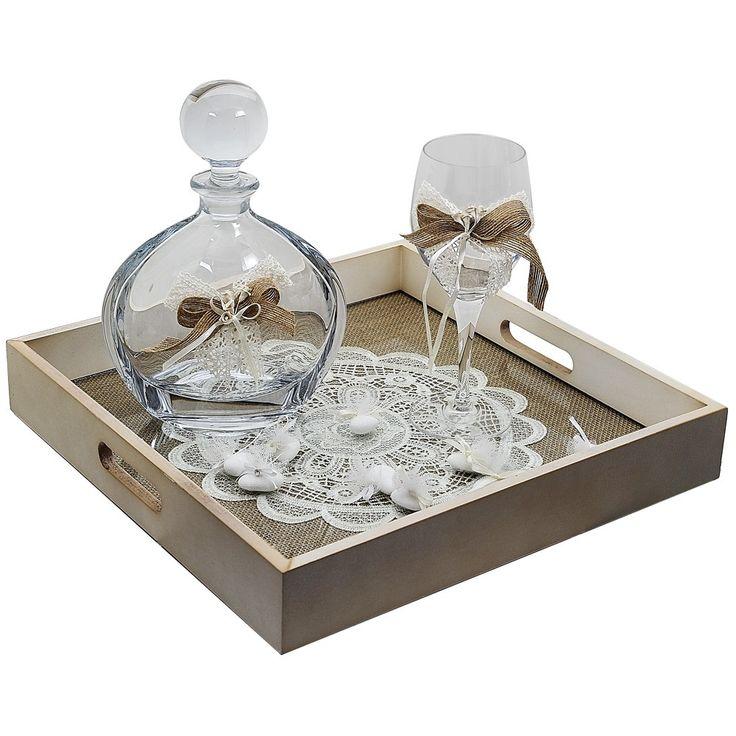 Το σετ αποτελείται ένα δίσκο ξύλινο με δαντέλα (35Χ35Χ4cm), ένα ποτήρι κρυστάλλινο στολισμένο με φιόγκο δαντέλα και μία κρυστάλλινη καράφα με τον ίδιο στολισμό.