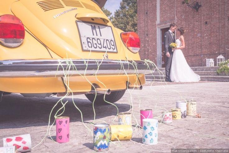 Decorazione per l'auto degli sposi con barattoli per un matrimonio in giallo
