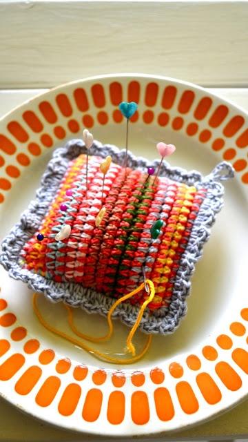 crochet pincushion http://ing-things.blogspot.fr/2012/08/needles-and-pins-little-easy-diy.html?m=1