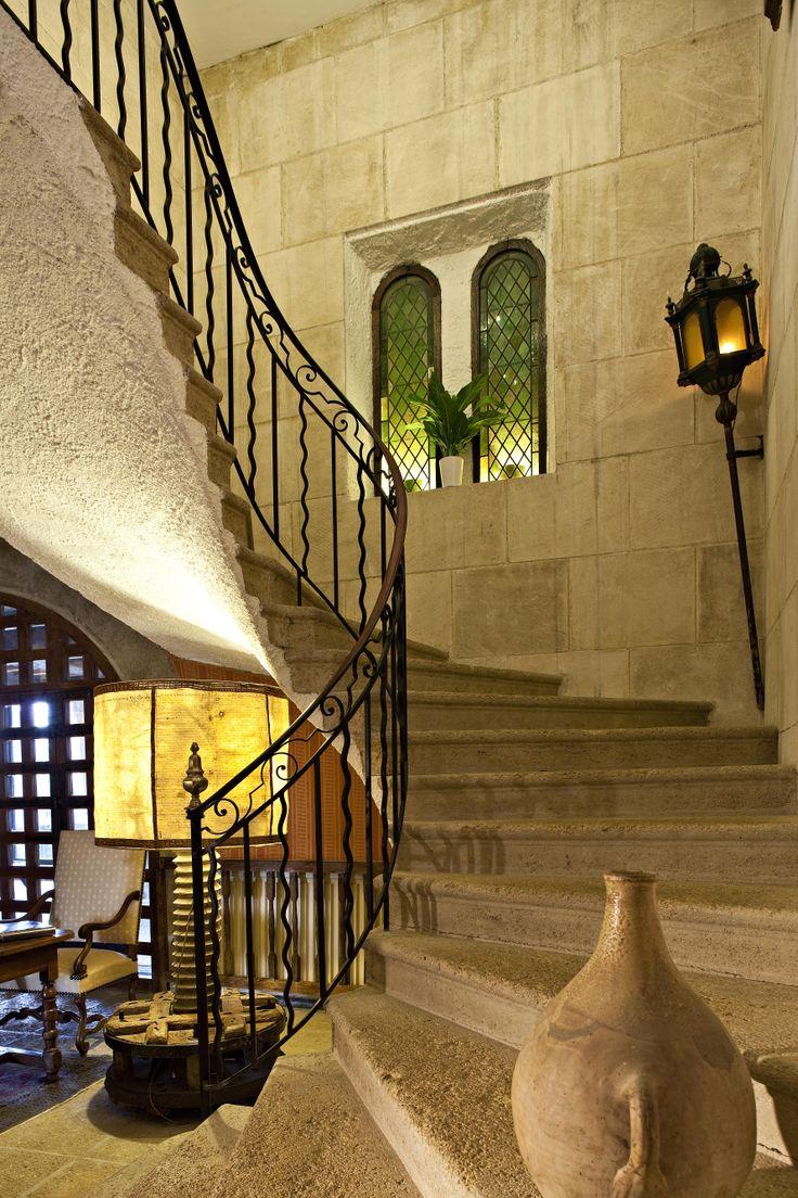 escalier proven al en pierre de rognes et rampe en fer. Black Bedroom Furniture Sets. Home Design Ideas