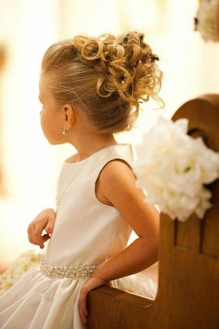 La Coiffure De Mariage Pour Petite Fille Beaute Updohairstyles Flower Girl Hairstyles Updo Flower Girl Hairstyles Girls Updo Hairstyles