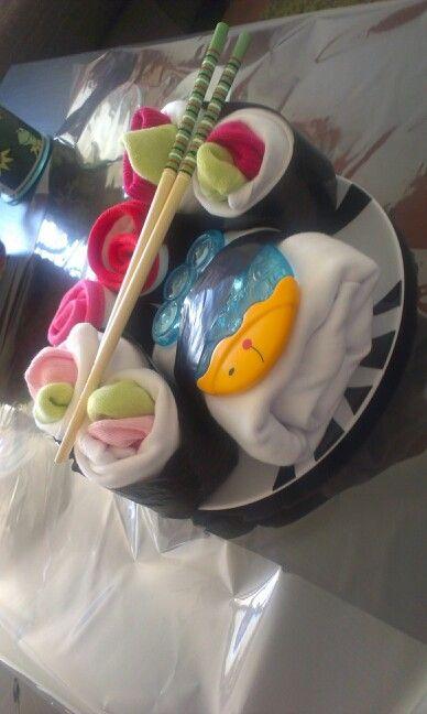Zelfgemaakte sushi!  Ingredienten:  -3 rompertjes -2 slabbetjes - 3 paar sokjes - Een bijtvisje - een vuilniszak als zeewier - eetstokjes - bordje  Een zwangere / net bevallen moeder om het aan te geven.