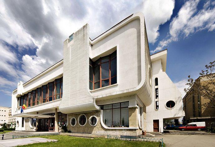 Gara (1970-1980), Bd. Republicii 1, Târgu Jiu; stil lipsit de  expresivitate şi identitate arhitecturală; clădirea este amplasată pe locul unor gări istorice demolate