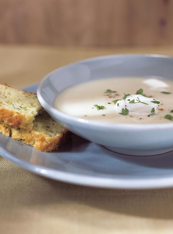 Recette de Ricardo. Une recette de crème de chou-fleur. Avec du poireau, des pommes de terre, du bouillon de poulet, de la crème. Une recette à découvrir.