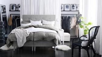 ÅRVIKSAND sängstomme, STORSELE rottingfåtölj, TURBO klädställning.
