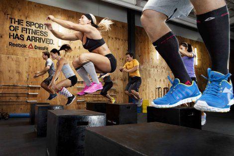 Venu tout droit des US, le CrossFit est un programme de préparation physique et d'entraînement musculaire qui repose sur un enchaînement de mouvements fonctionnels variés, de forte intensité, et issus de différentes disciplines sportives telles que la gymnastique, le fitness, l'haltérophilie, l'athlétisme, l'exercice cardio, etc… Ces exercices, d'une durée variable, sont appelés WOD (Workout of the Day).