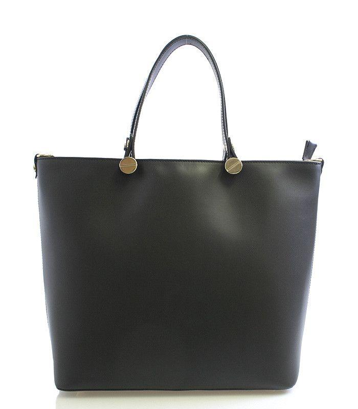 Černá luxusní velká kožená kabelka do ruky ItalY. Kvalitní kabelka z Itálie, kterou si zamiluje každá žena. Zaujme Vás elegantním čistým designem a také využitím pro všechny příležitosti. Zavírá se zipem, uvnitř je velký prostor rozdělený kapsou na dvě části, na jedné straně má menší kapsu na zip a naproti dvě otevřené na drobnosti. Zvenku má další kapsu na zip. Novinka 2016.