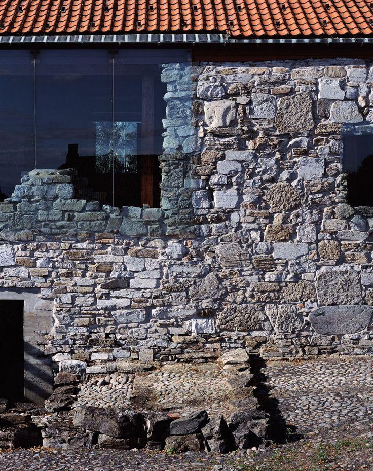 Sverre Fehn - Hedmark County Museum (renovation of a historic barn and medieval castle grounds), Hamar 1978. Via, photos (C) Helene Binet.