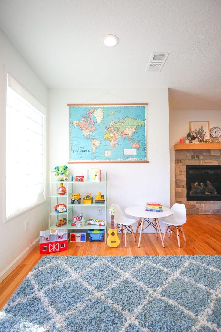 un piccolo scaffale colorato accanto al divano/termo per i giochi di vittorio?
