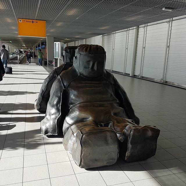 Тоже два Ждуна, только не знаменитые.#голландия #нидерланды #амстердам #аэропорт #полет #дорога #путешествия #турист #отпуск #ждун #netherlands #holland #netherland #niederlande #amsterdam #travel #tourist #tourism #airport #schiphol