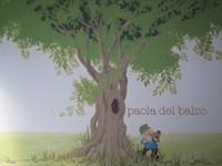 Porte a due ante scorrevoli di un armadio dipinte con albero e gnomo su suggerimento dei bambini