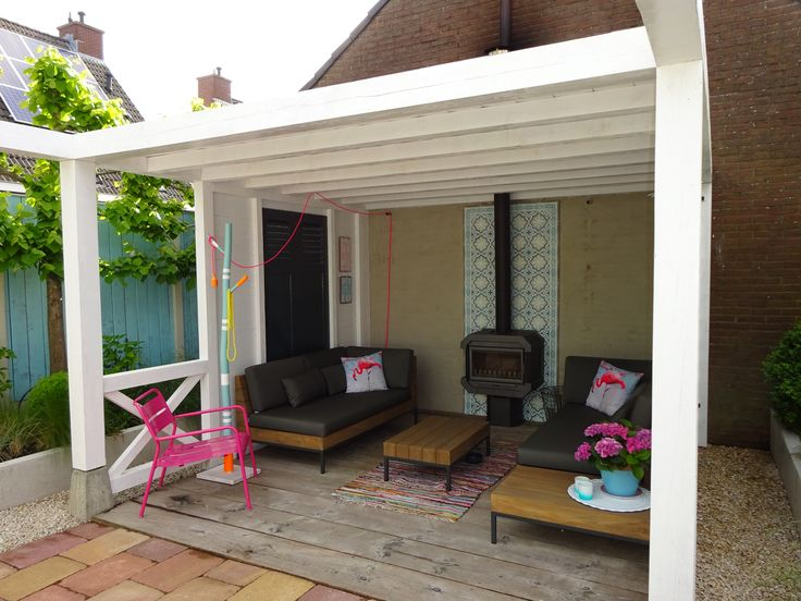 Houten veranda met houtkachel beachstijl strandstijl wit pergola