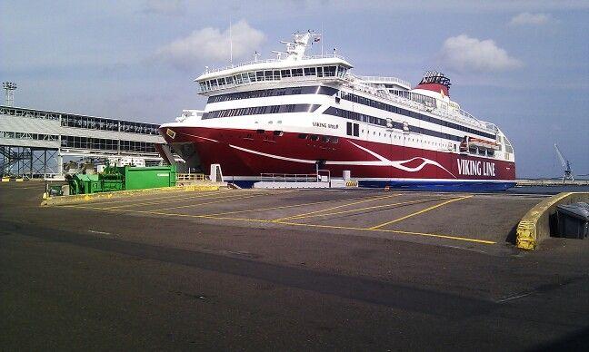 Ferri para Helsinki en el puerto de Tallin