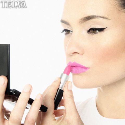 Paso 3 Intenta aplica la barra con un pincel, sino tienes házlo con la barra desde el centro del labio a la comisura, busca el efecto boca sonriente. Utiliza colores coral, rosas y tostados.