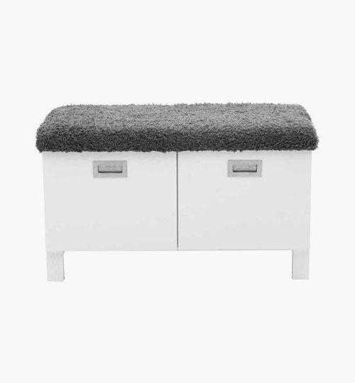 Welcome byrå är en fin liten hallmöbel med två stora lådor för förvaring. Lådorna går att dra ut och därför utnyttja hela ytan. Toppen av byrån är klädd med en grå fuskpäls som är fårskinnsliknande. Benen är tillverkade i trä som gör att hela byrån är i trä och passar perfekt med varandra. #azdesign #designstudio #welcome #vit