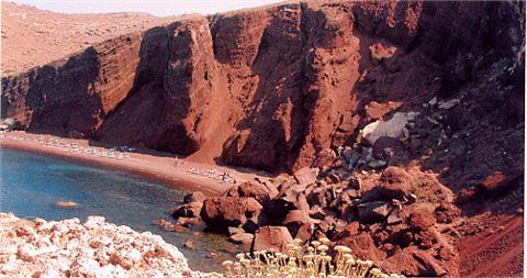 La suggestiva spiaggia rossa: acqua cristallina e panorama indimenticabile