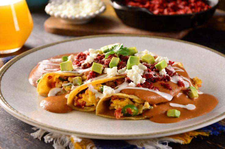 Prepara este maravilloso y delicioso desayuno de Enfrijoladas con una salsa cremosita y picosa con el toque del chile chipotle, rellenas de huevo a la mexicana, servidas con crema, queso fresco y chorizo frito. Esta combinación es exquisita.