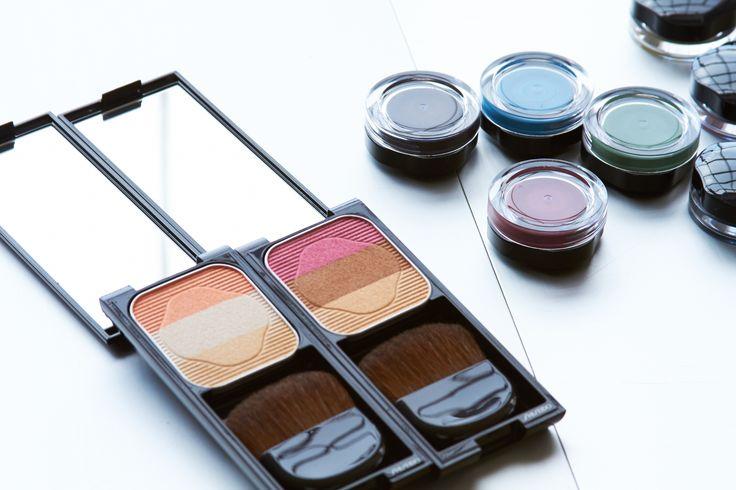 Shiseido 3 Renkli Alliklar cok pratik! Allik olarak kullaninca 3 rengi karistirarak kullanip dogal gorunum elde edin veya her rengi yuzun farkli bolgelerine uygulayip yuzunuze boyut verin! Bu urunu far olarak da kullanmak mumkun:)