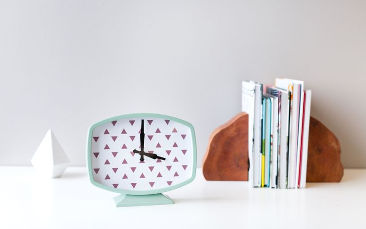 Metallic Triangle Clock made with an image from the Cricut® Simple Cards digital cartridge. Make It Now with the Cricut Explore machine in Cricut Design Space.
