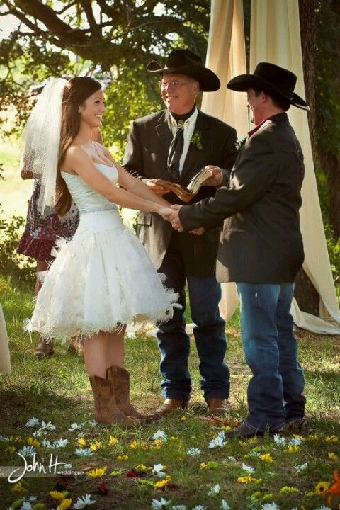 Country Wedding OMG I Sooo Want Her Dress But