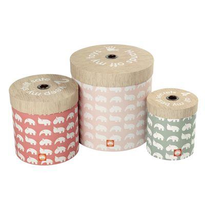 Done by Deer ronde opbergdozen set roze is echt een blikvanger voor de kinderkamer. Zo wordt het nog eens leuk om je kamer op te ruimen! De set bestaat uit 3 opbergdozen met deksel en is gemaakt van zeer stevig, dik karton. Verkrijgbaar in twee kleuren combinaties.