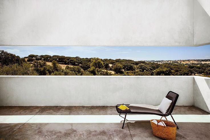 Vistas desde una terraza en Villa Extramuros, un refugio contemporáneo al norte de Évora, la capital del Alentejo.