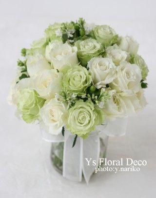 白と淡いライムグリーンのクラッチブーケバラとライラックとヒペリカム ys floral deco