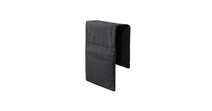 En lomme til sofaen Høres det pussig ut? Sofa Storage er helt genial og gir deg mulighet til å skjule fjernkontrollen, iPad-en og magasiner i en flott lomme som samtidig passer til sofaen.