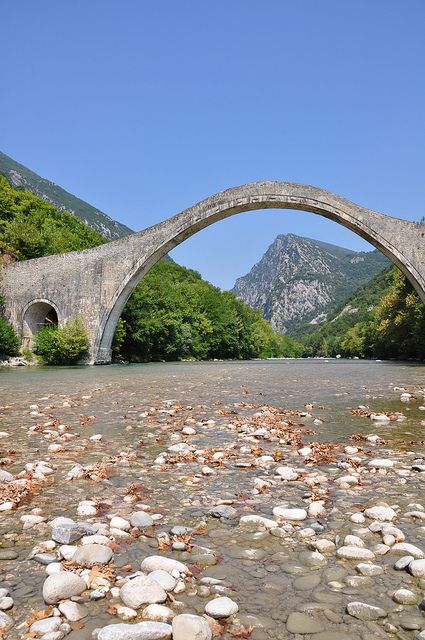 TRAVEL'IN GREECE I Old bridge of Plaka over Arachthos river. This bridge, built exclusively with stones in the 19th century, is considered to be the largest amongst the Balkan countries.