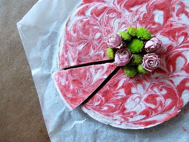 En rödrosa jordgubbstårta passar ju alldeles perfekt idag på alla hjärtans dag. Fluffig och krämig fyllning gjord på cashewnötter och kokosgrädde och fint jord