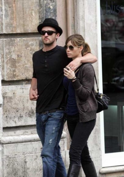 Justin Timberlake and his girlfriend Jessica Biel show their love for each other while spending an afternoon shopping on vacation in Italy.